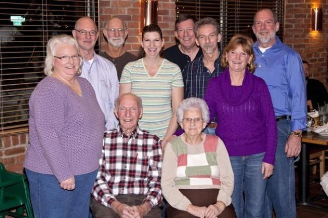 Хелен, Кеннет и их 8 детей.